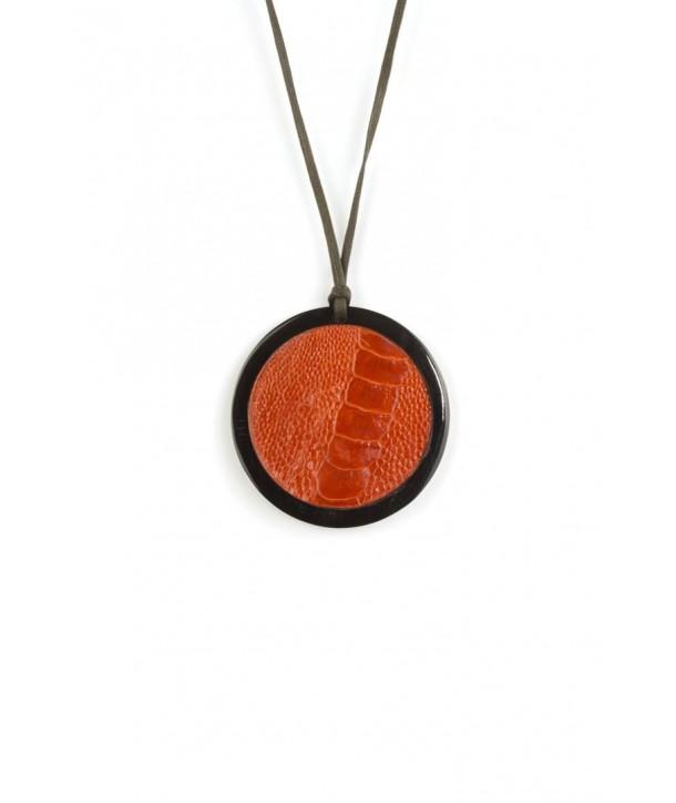 Pendentif médaillon en corne noire serti cuir autruche orange
