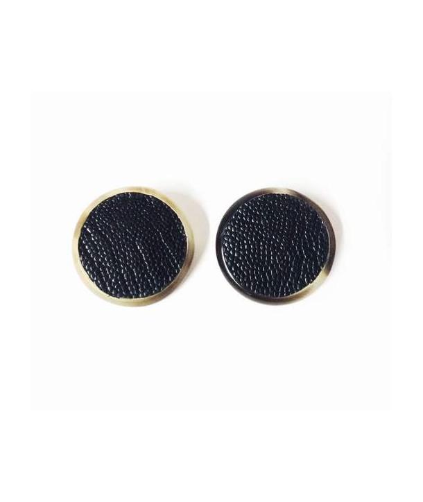 Boucles d'oreilles clip rond en corne noire sertie de cuir d'autruche noir