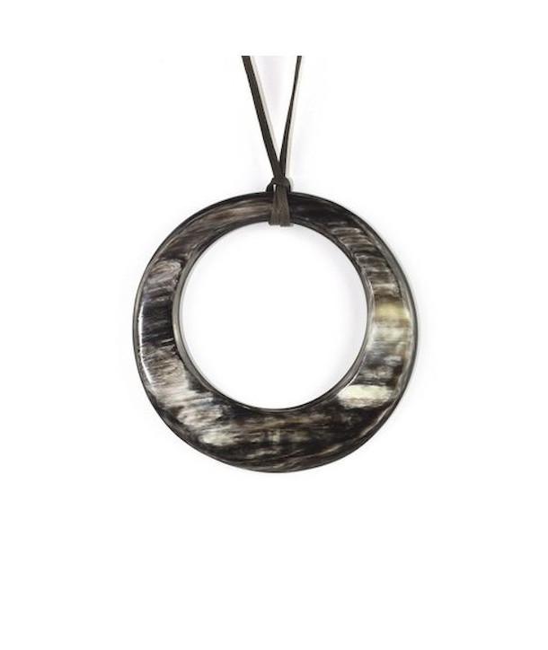 Pendentif grand anneau irrégulier en corne noire marbrée