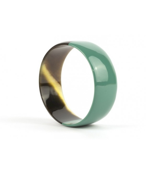 Emerald green lacquered flat bracelet in horn