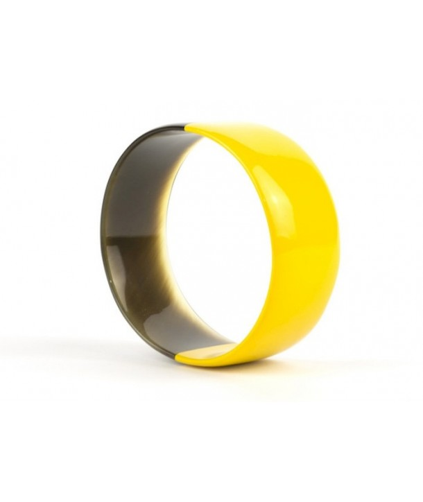 Yellow lacquered flat bracelet in horn