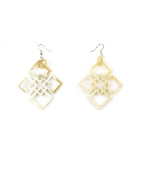 Interlocked diamond shaped earrings in blond horn