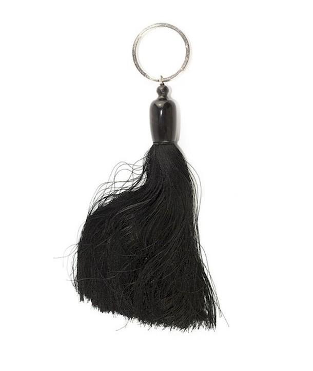 Porte clé pompon en sabot et fil noir