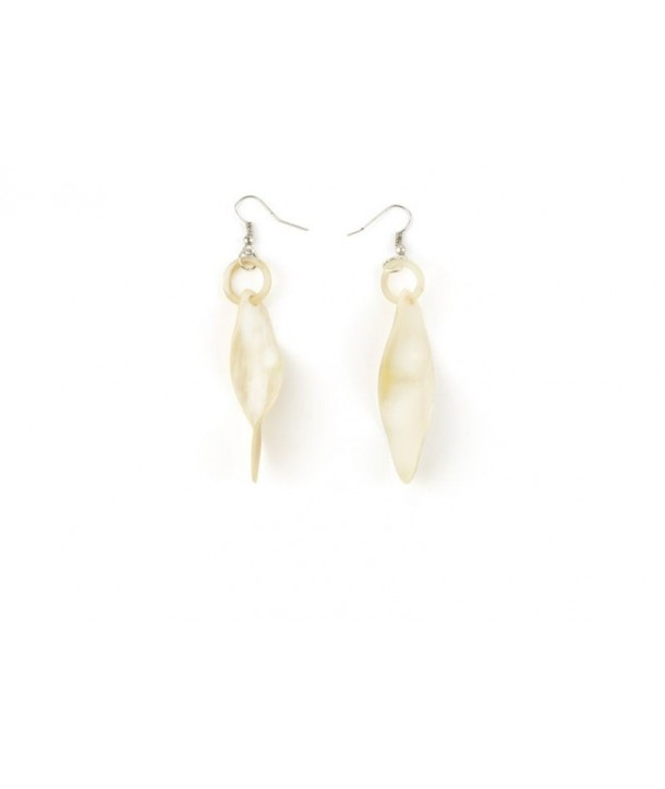 Small twist earrings in blond horn