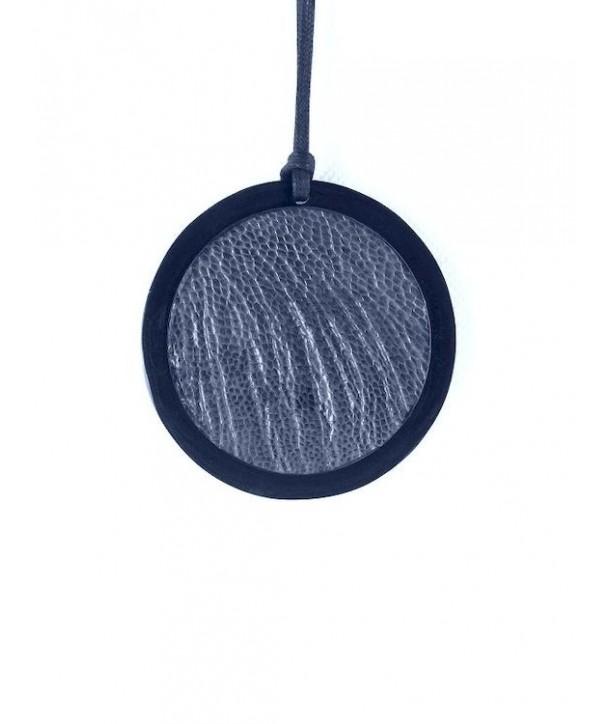 Pendentif médaillon en corne noire serti cuir autruche bleu