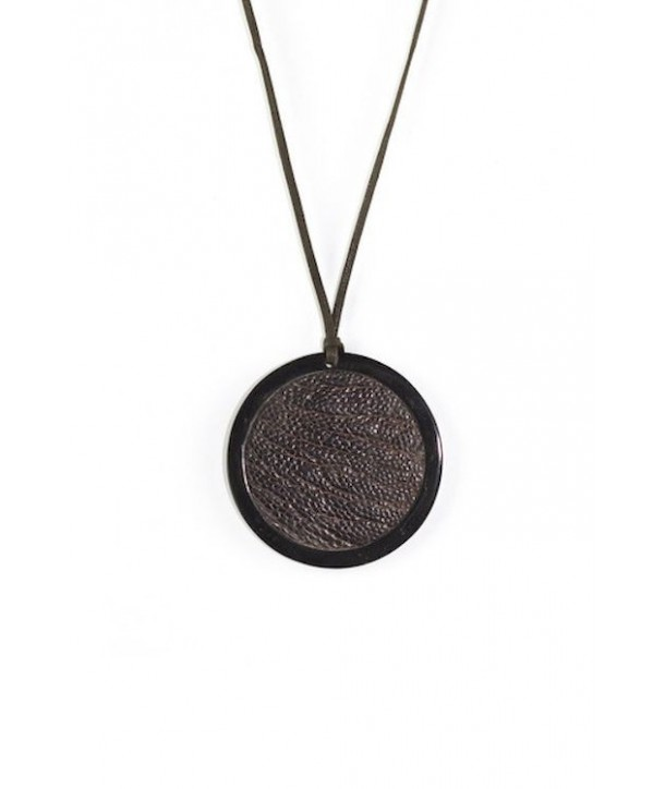 Pendentif médaillon en corne noire serti cuir autruche brun