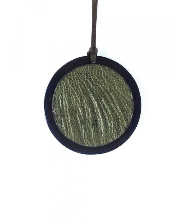 Pendentif médaillon en corne noire serti cuir autruche khaki