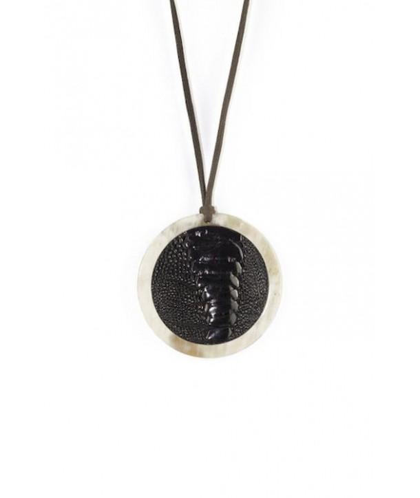 Pendentif médaillon serti cuir autruche en corne blonde et cuir noir autruche