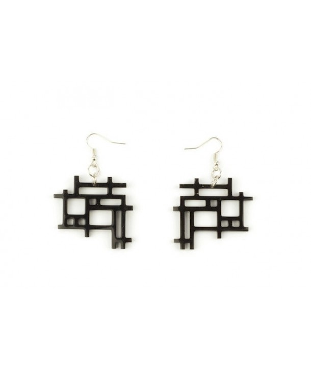Checkered earrings in plain black horn
