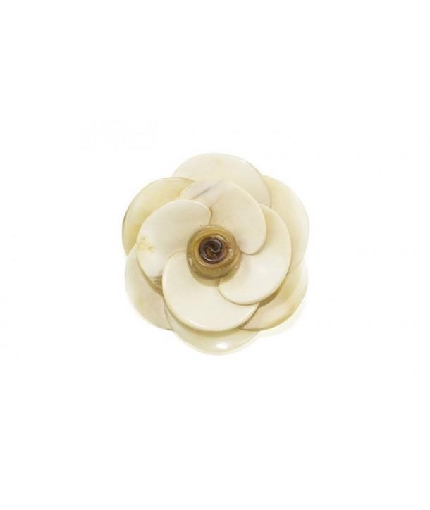 Broche fleur en corne blonde