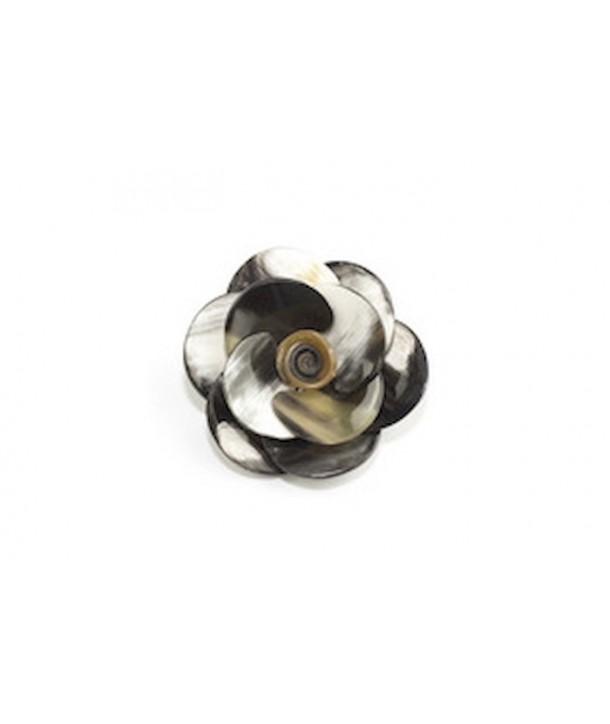Petite broche fleur en corne noire marbrée