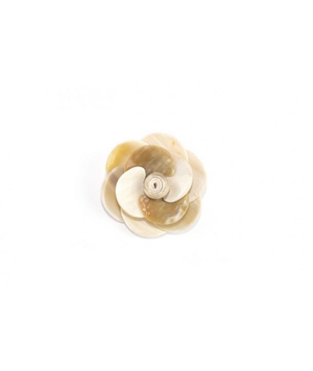 Small flower brooch in blond horn