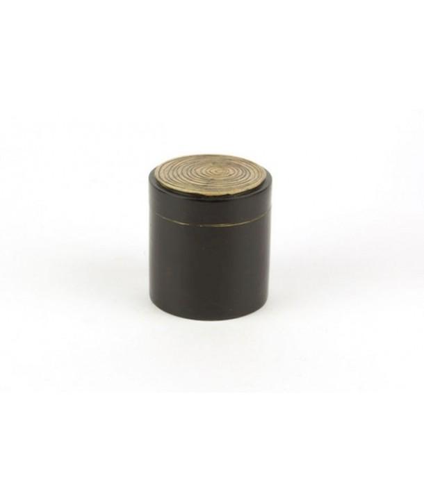 Boîte pilule motif bambou en pierre fond noir