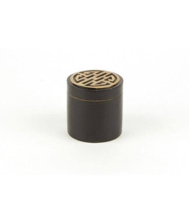 Boîte pilules symbole longévité en pierre fond noir