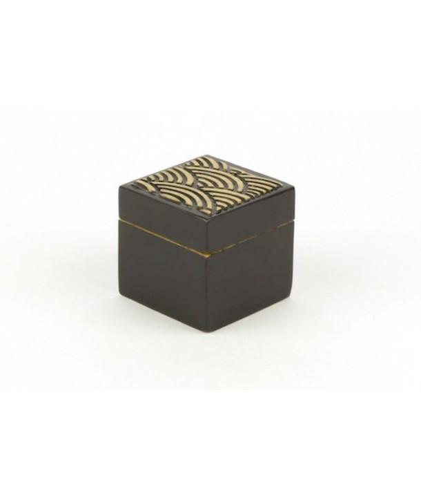 Petite boîte cube motif vagues en pierre fond noir