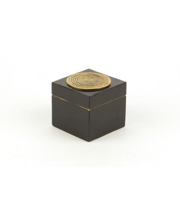 Petite boîte cube bambou en pierre fond noir