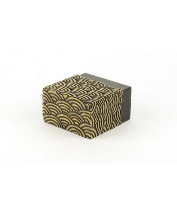 Boîte carrée vagues en pierre fond noir