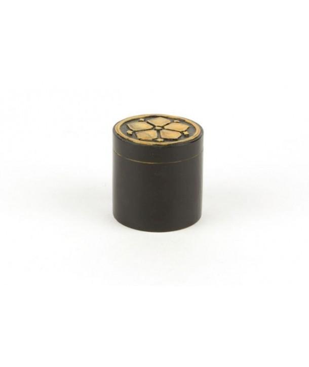 Boîte pilule rosace en pierre fond noir