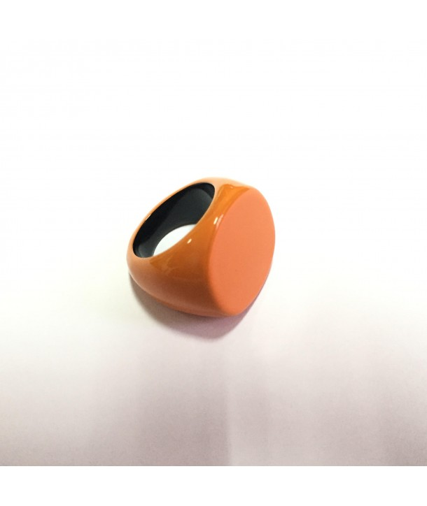 Round ring in black horn, orange lacquer