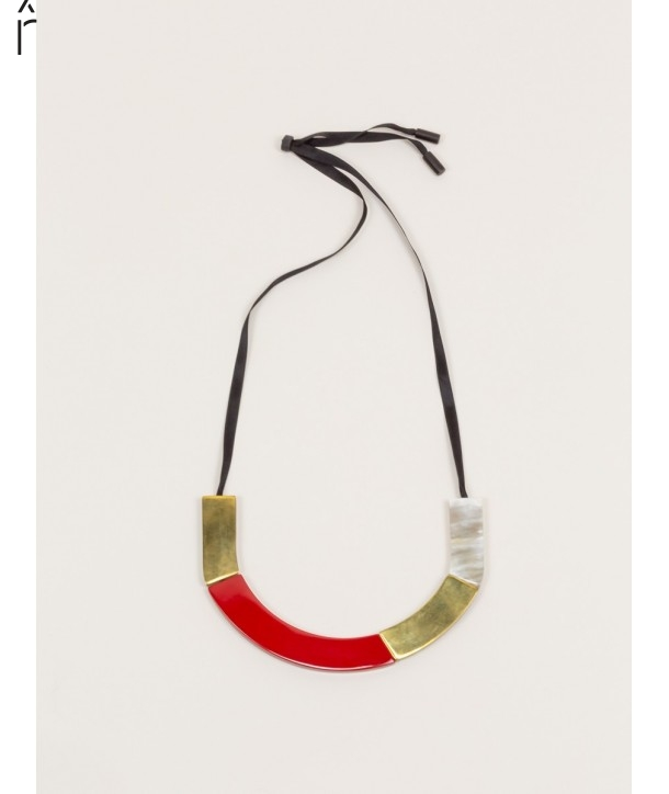 Short plates necklace in blond horn and brass with red lacquer