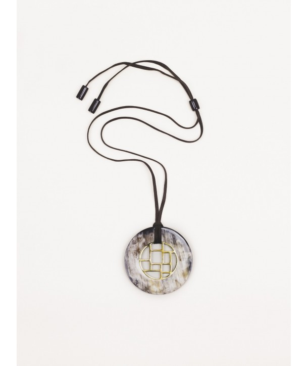 Checkered pendant circle in brass circled with marbled black horn