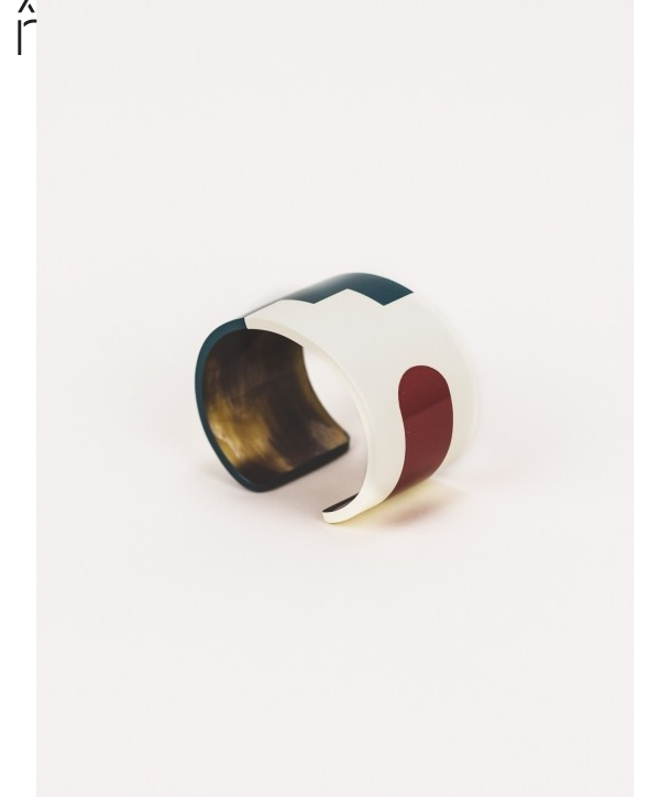 C cuff in horn and tricolor lacquer