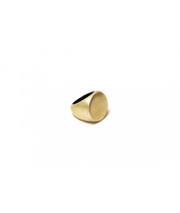 Round ring in black horn and golden lacquer