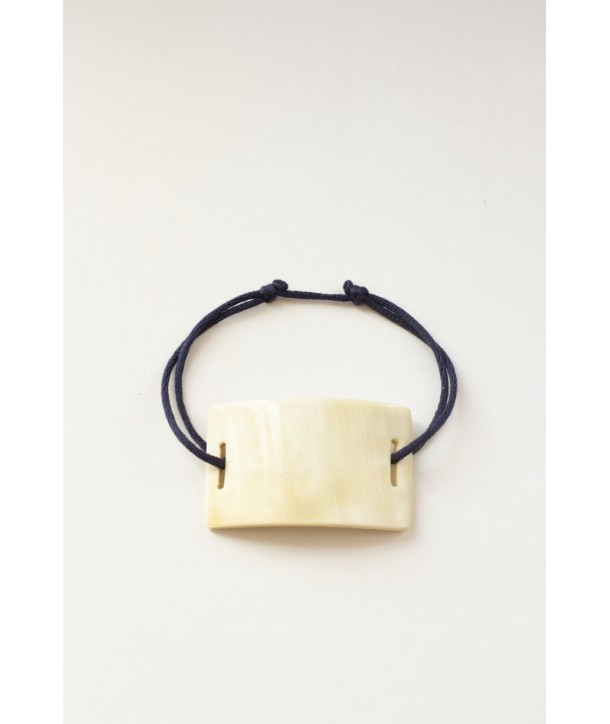 Wire bracelet with a rectangular plate in blond horn
