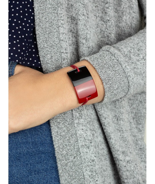 Wire bracelet with a rectangular red lacquered plate
