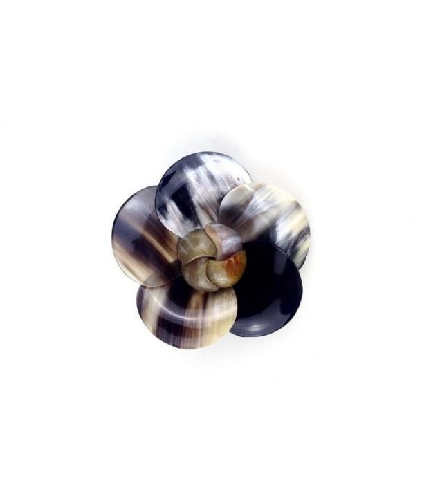 Broche camélia en corne noire marbrée