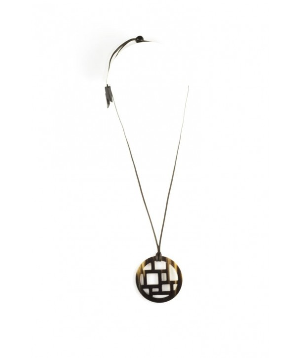 Checkered pendant in plain black horn